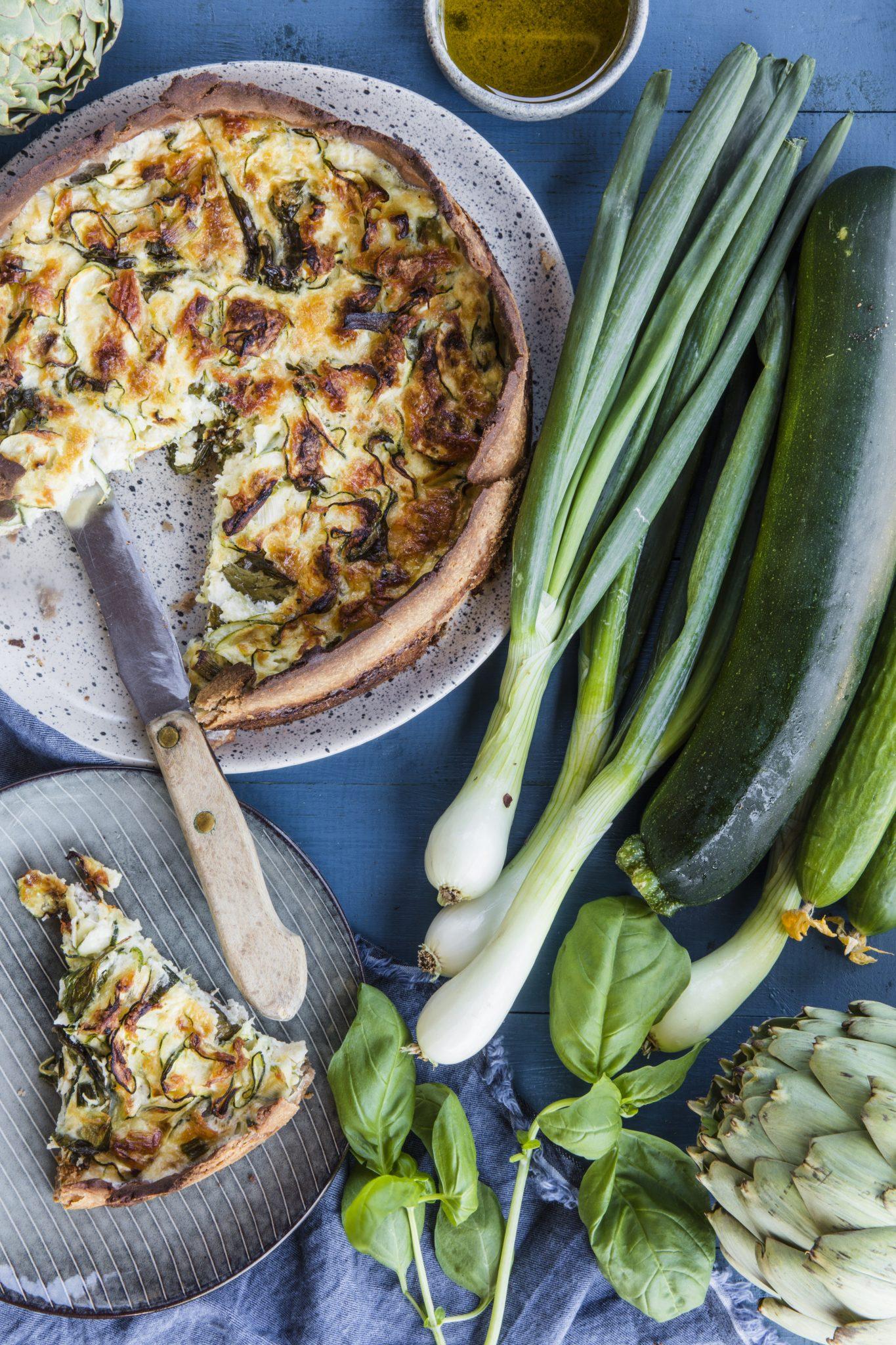 Zucchini och lökpaj med halloumi