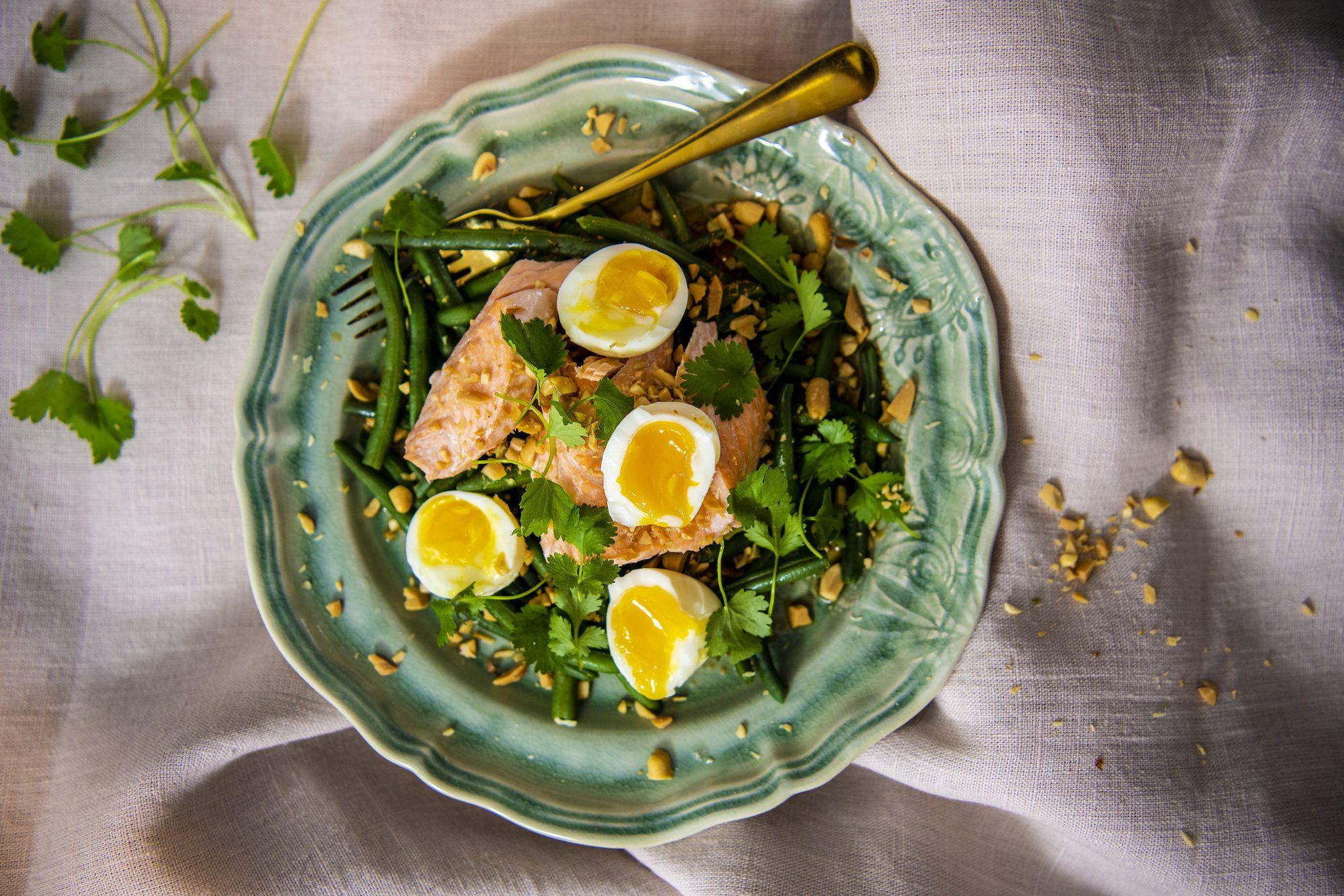 Asiatisk laxsallad med krämiga ägg