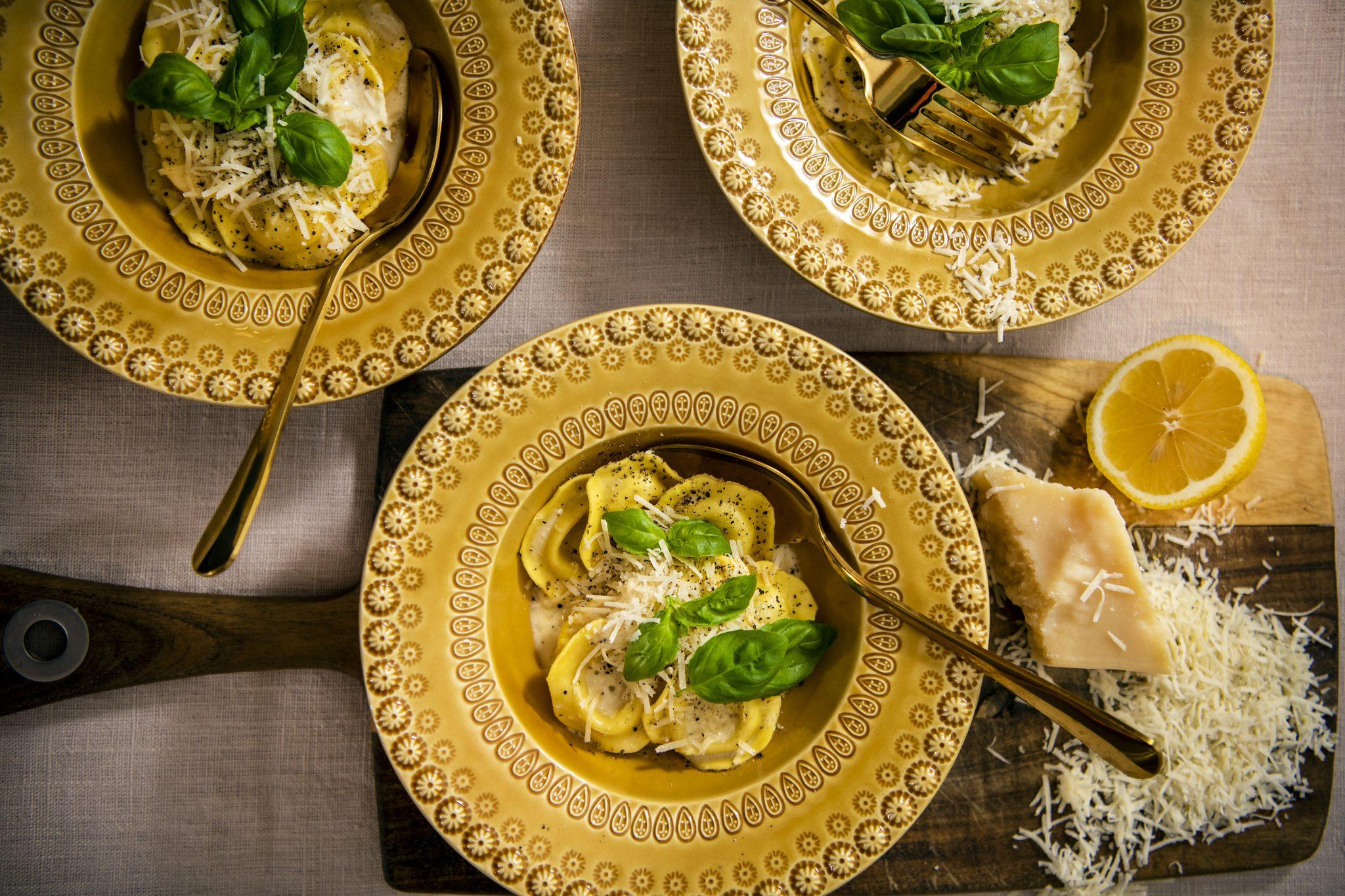 Ångad fylld ravioli med krämig citronsås